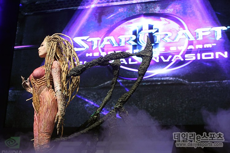 TASHA COSPLAY STARCRAFT 2 QUEEN OF BLADE HEART OF THE SWARM (4)